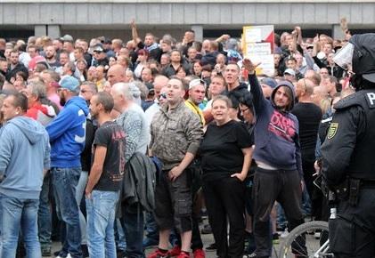 Wussten Sie das? V-Leute dürfen Hitlergruß zeigen – Was bedeutet das für die Demos von Chemnitz?