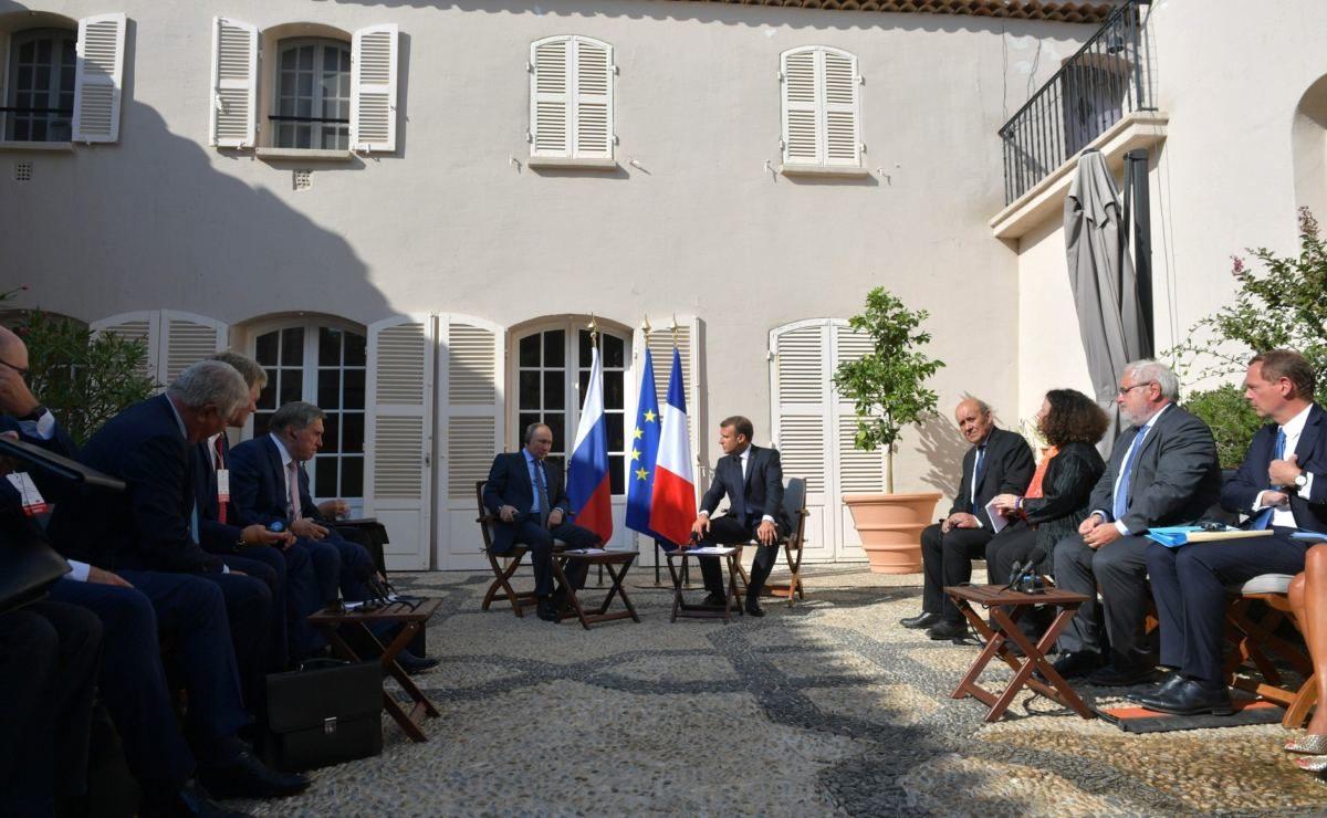 Wie das russische Fernsehen über das Treffen von Putin und Macron berichtet hat