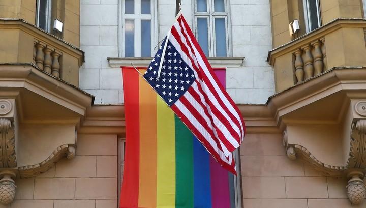 US-Botschaft in Moskau hisst LGBT-Flagge – Russischer Journalist reagiert mit Humor